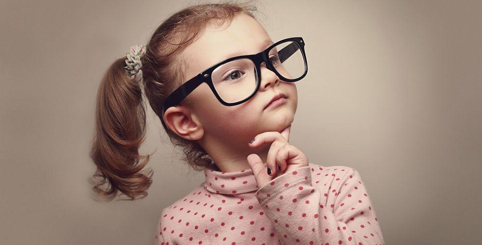 Kislány szemüvegben
