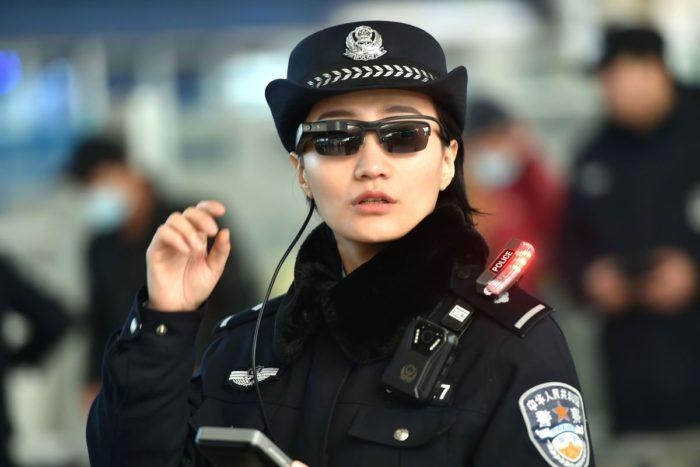 Kínai rendőrök arcfelismerő napszemüveget viselnek