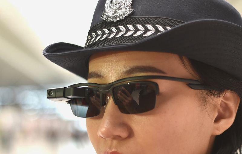 Kínai rendőrök arcfelismeő napszemüveget viselnek